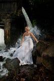 Junge Braut auf einem Fluss Lizenzfreie Stockbilder