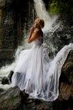Junge Braut auf einem Fluss Lizenzfreies Stockfoto