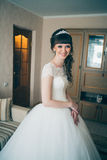 Junge Braut, die auf den Bräutigam im Haus wartet Stockfotografie
