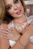 Junge Braut, die Brautkleid und Schmuck trägt Lizenzfreies Stockfoto