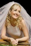 Junge Braut, die durch Fensterrahmen schaut stockbild