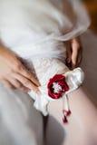 Junge Braut, die oben für Hochzeitszeremonie ankleidet Lizenzfreie Stockfotografie