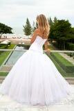Junge Braut, die zum Meer schaut Lizenzfreies Stockfoto