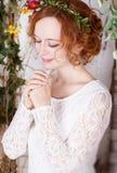 Junge Braut in einem grünen Kranz betend für happyness Stockfotos