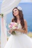 Junge Braut in einem Hochzeitsbogen lizenzfreies stockbild