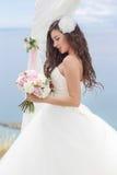 Junge Braut in einem Hochzeitsbogen Stockfotografie