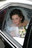 Junge Braut in einem Schleier und mit einem Blumenstrauß Stockfoto