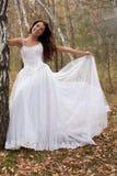 Junge Braut in einem Wald stockbilder