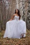 Junge Braut in einem Wald lizenzfreies stockbild