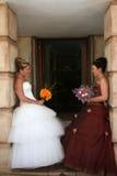 Junge Braut gekleidet im Weiß lizenzfreie stockbilder