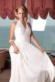 Junge Braut im weißen Kleid lizenzfreies stockfoto