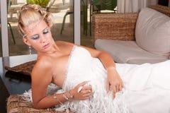 Junge Braut im weißen Kleid Stockfotos