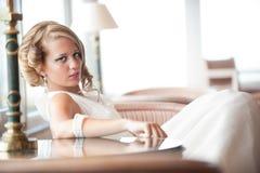 Junge Braut im weißen Kleid gesetzt Stockfoto