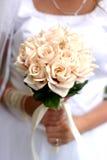 Junge Braut mit Blumenstrauß Lizenzfreie Stockfotos