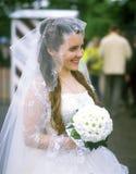 Junge Braut mit einem Blumenstrauß Lizenzfreies Stockbild