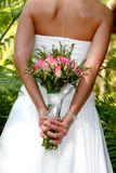 Junge Braut mit flowerrs Lizenzfreie Stockfotografie