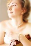 Junge Braut mit großen grünen Augen und Perlen Lizenzfreies Stockbild