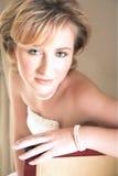 Junge Braut mit großen grünen Augen und Perlen Stockfoto