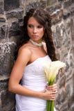 Junge Braut mit Lilien Stockfoto
