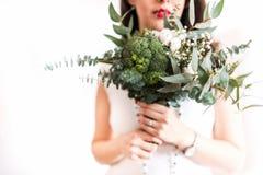Junge Braut mit modernem foodie Blumenstrauß stockfotografie