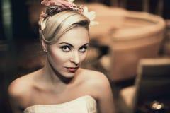 Junge Braut mit schöner Hochzeitsfrisur Stockbild