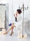 Junge Braut schaut im Spiegel Brautmorgen Lizenzfreie Stockbilder