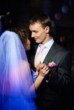Junge Braut und Bräutigam des romantischen Tanzes Stockfotos