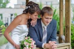 Junge Braut und Bräutigam, die zusammen aufwirft Stockbilder