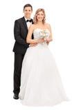 Junge Braut und Bräutigam, die zusammen aufwirft Stockfotografie