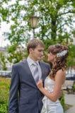 Junge Braut und Bräutigam Embrace lizenzfreies stockbild