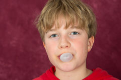 Junge brennt Blase durch Stockfoto