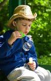 Junge brennt Seifenblasen durch Stockfotos
