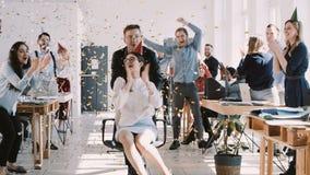 Junge brunette Geschäftsfrau ROTEN EPIC-W glücklichen Spaßes, die Geburtstag an der Partei mit Bürokollegezeitlupe feiert stock video footage