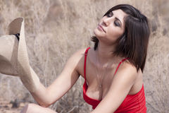 Junge Brunettefrau in der Arizona-Hitze stockbild