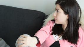 Junge Brunettefrau, die zur Seite schaut stock footage