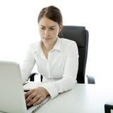 Junge Brunettefrau ist auf ihrem Schreibtisch unsicher Lizenzfreies Stockbild