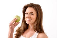 Junge Brunettefrau mit Apfel stockfotos