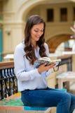 Junge Brunettefrau mit einem Notizbuch stockfotografie