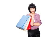 Junge Brunettefrau mit Einkaufenbeuteln Stockfotos