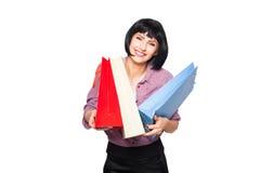 Junge Brunettefrau mit Einkaufenbeuteln Stockbilder