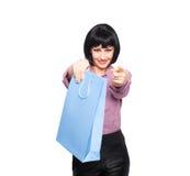Junge Brunettefrau mit Einkaufstasche Lizenzfreies Stockbild