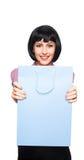 Junge Brunettefrau mit Einkaufstasche Stockfoto