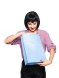 Junge Brunettefrau mit Einkaufstasche Stockfotos
