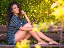 Junge Brunettefrau mit perfektem Lächeln lizenzfreies stockbild