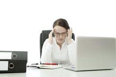 Junge BrunetteGeschäftsfrau mit Gläsern Lizenzfreie Stockfotos