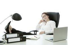 Junge Brunettegeschäftsfrau mit Gläsern entspannen sich stockfotografie