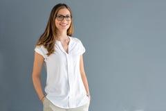 Junge BrunetteGeschäftsfrauaufstellung lizenzfreie stockfotografie
