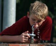 Junge am Brunnen Lizenzfreies Stockbild