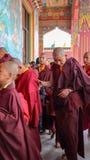 Junge buddhistische Mönche stockbild