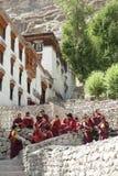 Junge buddhistische Mönche bei Hemis Gompa lizenzfreie stockbilder